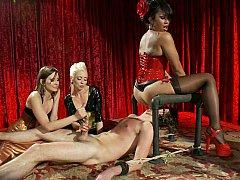 Homme nu et filles habillées, Domination, Face assise, Femelle, Femme dominatrice, Branlette thaïlandaise, Maîtresse, Jarretelles