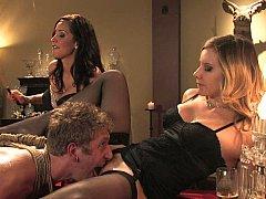 Blondine, Braunhaarige, Domination, Weibliche domination, Frau frau mann, Gruppe, Lingerie, Strümpfe