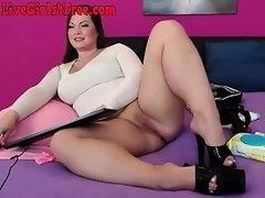 Hot Curvy Webcam Girl Rubbing Her Pussy