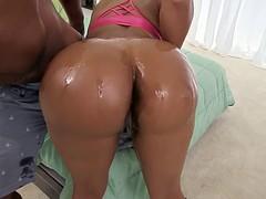 Jayla Foxx shows us her huge booty