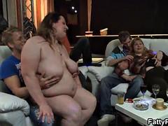 Mooie dikke vrouwen, Tieten likken