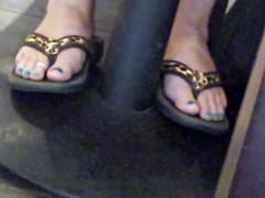 Candid Feet: Reading MILF