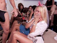 Blonde, Sucer une bite, Mariée, Brunette brune, Club, Mignonne, Fille latino, Public
