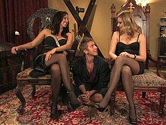 Blond, Dominatie, Vrouw, Dominante vrouw, 1 man 2 vrouwen, Meesteres, Kousen, Trio