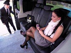 Автобус, В машине, Измена, Европейки, Итальянки, Юбки, Под юбкой