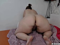 curvy amateur slut cumming on camshow