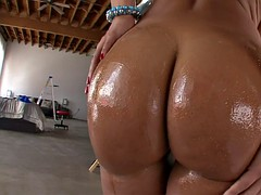 hottest milf lisa ann has her ass poured with oil and worshipped